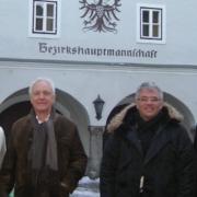 Fritz Dinkhauser und Bernhard Ernst vor der Bezirkshauptmannschaft Kitzbühel