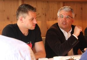 Gebi Mair und Bernhard Ernst bei einer gemeinsamen Pressekonferenz