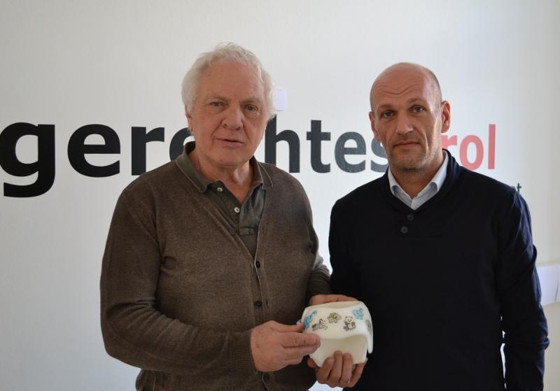 Fritz Dinkhauser und Peter Bucher mit einem Therapiehelm