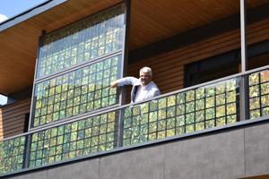 Bernhard Ernst auf einem Balkon