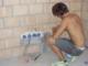 Ein Elektriker-Lehrling bei der Arbeit