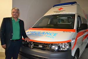 Bernhard Ernst vor einem Rettungsauto