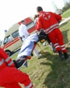 Zwei Rettungssanitäter bei der Arbeit