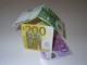 Ein Haus aus Geldscheinen gebaut