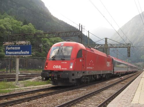 Der Direktzug Lienz-Innsbruck in Franzensfeste