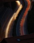Straßenverkehr bei Nacht