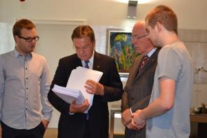 Übergabe von fast 8000 Unterschriften zum Erhalt des Direktzugs Lienz-Innsbruck an LH Platter