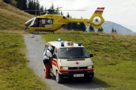 Ein Hubschrauber und ein Rettungswagen