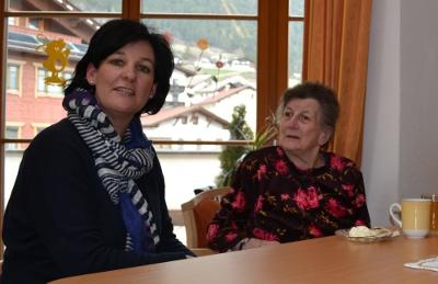 Andrea Haselwanter-Schneider beim Besuch eines Altersheims