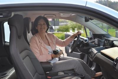 Andrea Haselwanter-Schneider im Elektro-Auto