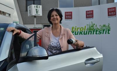Andrea Haselwanter-Schneider mit einem Elektro-Auto