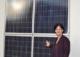Andrea Haselwanter-Schneider mit einer Photovoltaik-Anlage