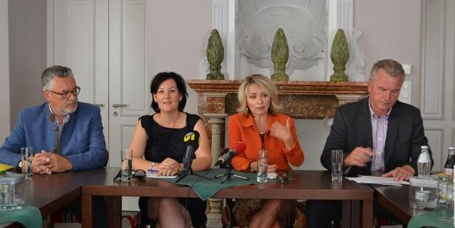 Vertreter der Oppositionsparteien bei einer Pressekonferenz