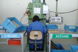 Ein Arbeiter am Fließband