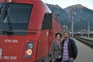 Andrea Haselwanter-Schneider und Markus Sint mit dem ehemaligen Direktzug Lienz-Innsbruck