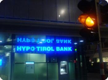Die Hypo Tirol Bank Zentrale in Innsbruck bei Nacht