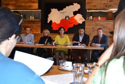 Andrea Haselwanter-Schneider auf der Pressekonferenz im Rahmen des Dreierlandtags