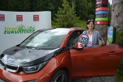 Fritz-Klubobfrau Andrea Haselwanter-Schneider mit Elektro-Auto