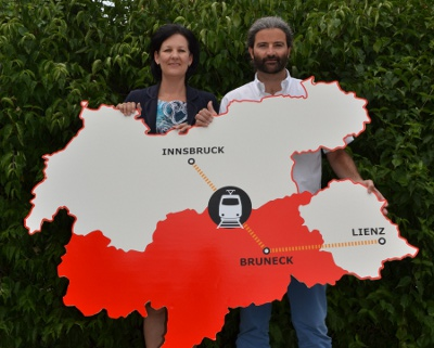Andrea Haselwanter-Schneider und Markus Sint mit Tirol-Plakat