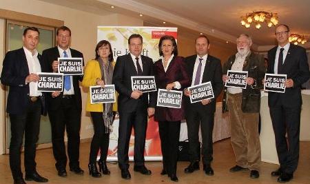 ÖVP Politiker mit je suis Charlie Schildern