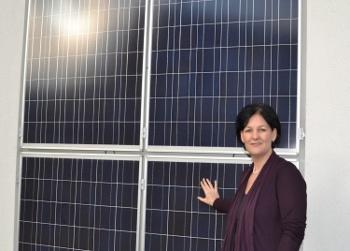 Andrea Haselwanter-Schneder mit einer Photovoltaik Anlage