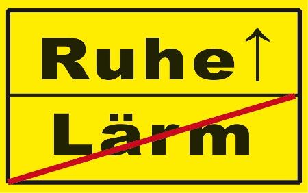 Straßenschild mit den Aufschriften Ruhe und Lärm