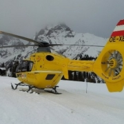 Ein Rettungshubschrauber in den Bergen