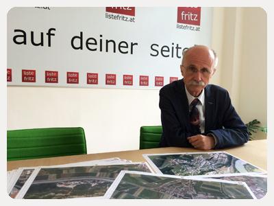 Fritz Landtagsabgeordneter Andreas Brugger mit Plänen der Seveso Gefährdungszonen