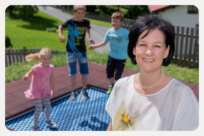 Fritz-Klubobfrau Andrea Haselwanter-Schneider am Spielplatz