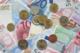 Viele Euro Münzen und Scheine