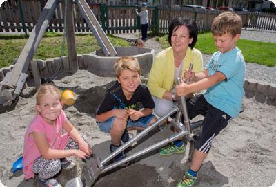 Andrea Haselwanter-Schneider am Spielplatz mit Kindern