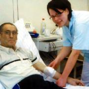 Eine Pflegerin mit einem Patienten