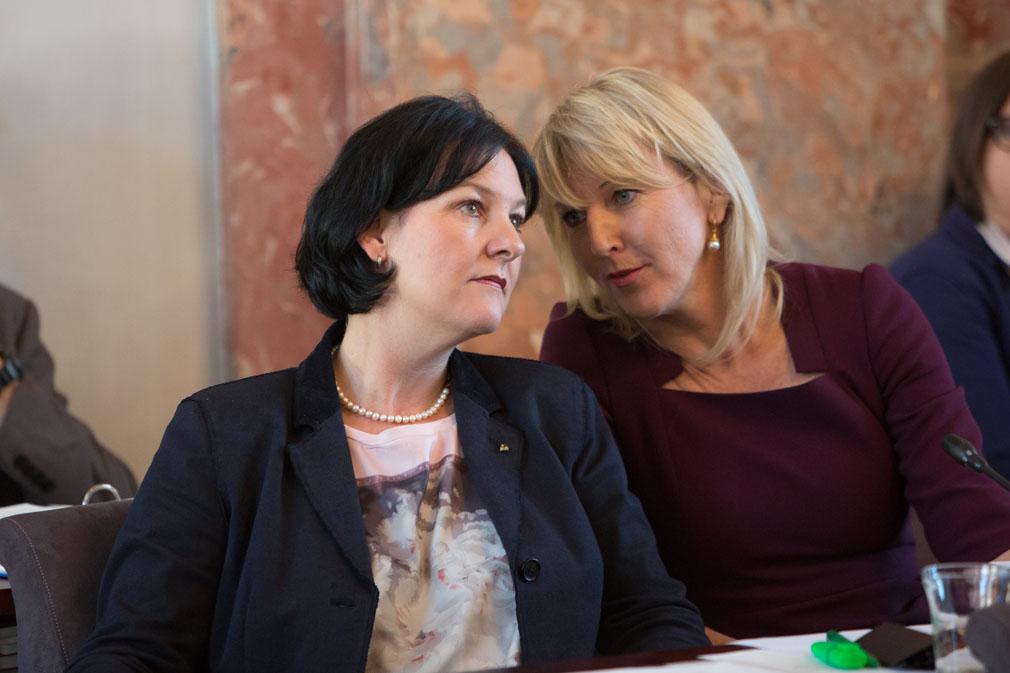 Andrea Haselwanter-Schneider und Isabella Gruber im Landtag