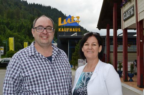Haselwanter-Schneider und Lutz vor dem Kaufhaus Lutz in Schattwald