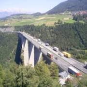 Verkehr rollt über die Europabrücke