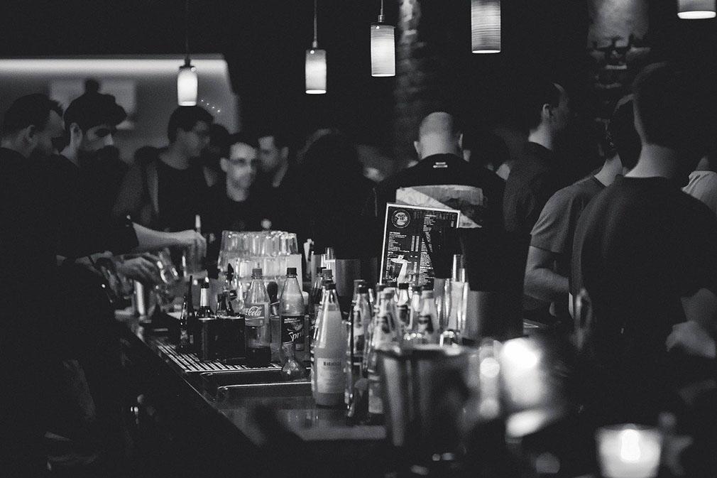 Menschen in einer Bar