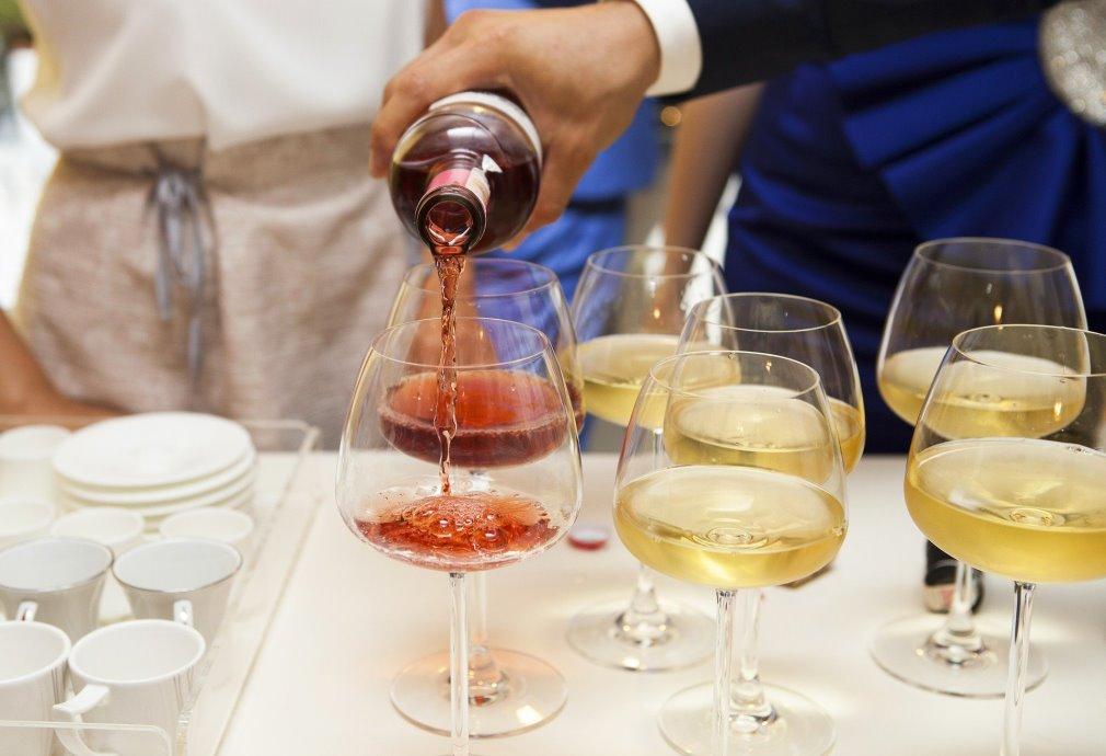 Weingläser werden eingeschenkt